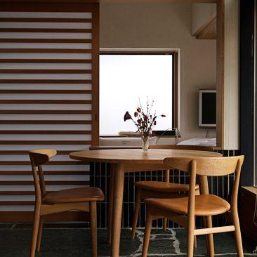 Three-legged table / SeaHorse chair